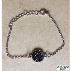 Fekete rücskös, csillogó kabosonnal karkötő, ezüst színű lánccal