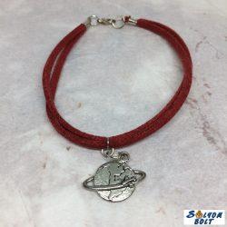 Piros bőr zsinóros karkötő, földgömb repülővel medállal, kézműves termék