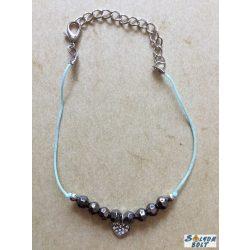 Fonal karkötő gyöngyökkel és szívvel