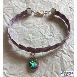Kézműves karkötő, fonott lila műbőrből, csepp medállal