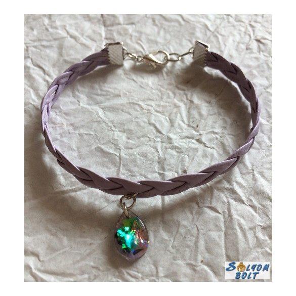 Kézműves karkötő, fonott lila bőrből, csepp medállal