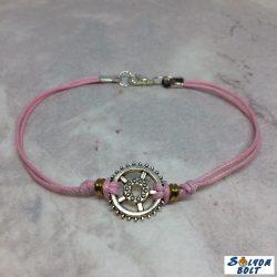 Zsinóros karkötő rózsaszínben, kicsi díszes fogaskerékkel, kézműves termék